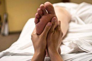 zoneterapi - fødder der behandles
